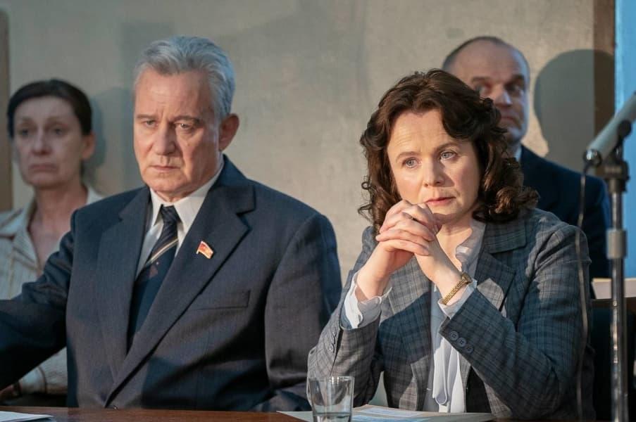 Stellan Skarsgård como Boris Shcherbina y Emily Watson como Ulana Khomyuk en Chernobyl 1x05