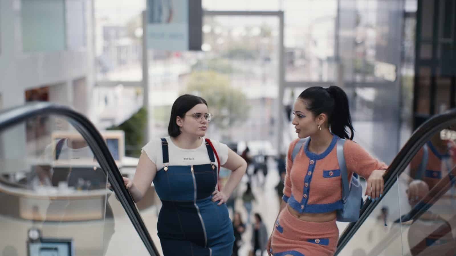Barbie Ferreira como Kat y Alexa Demie como Maddy en Euphoria 1x03 Made You Look