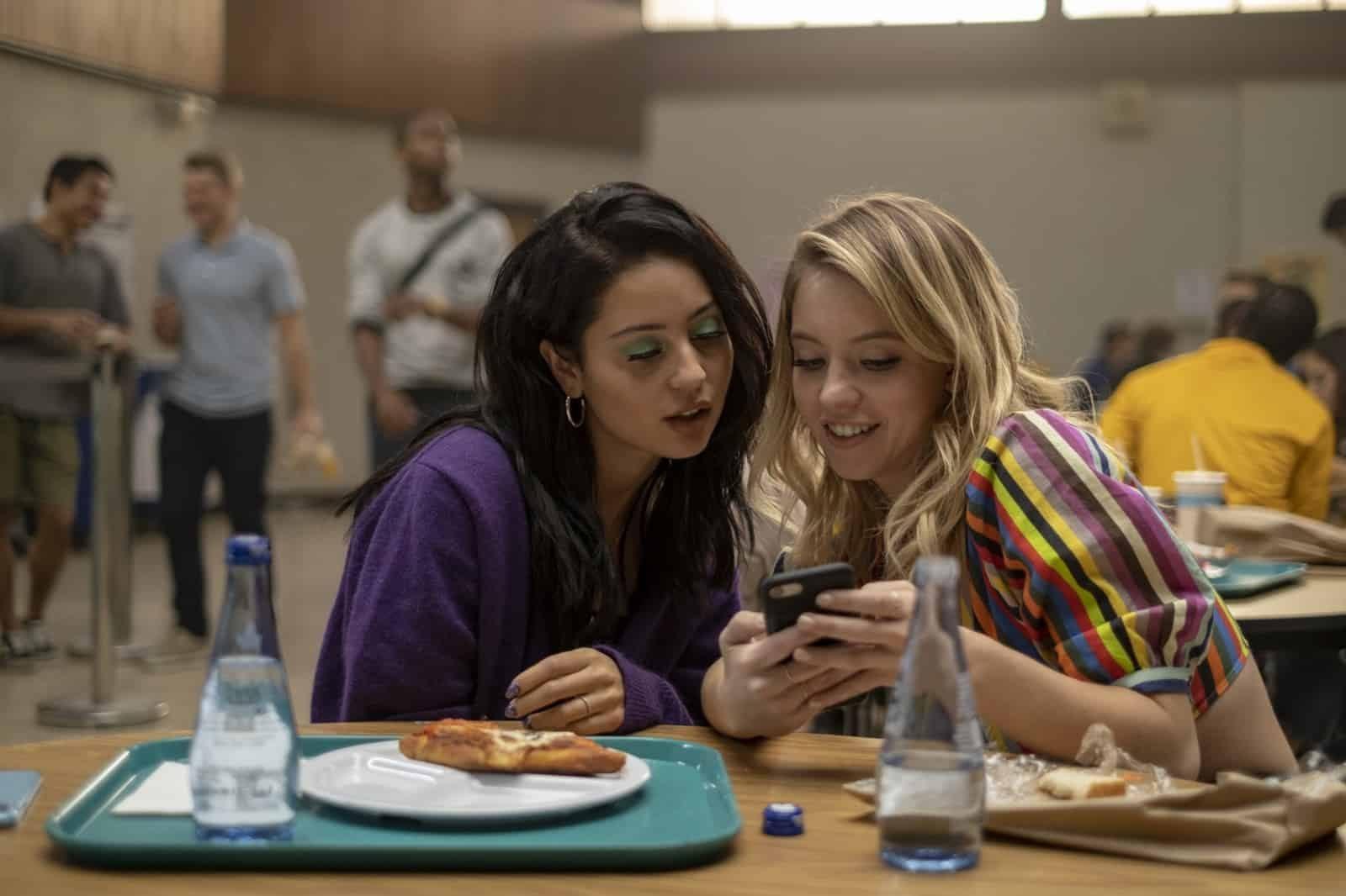 Alexa Demie como Maddie y Sydney Sweeney  como Cassie en el tercer capítulo de Euphoria Made You Look
