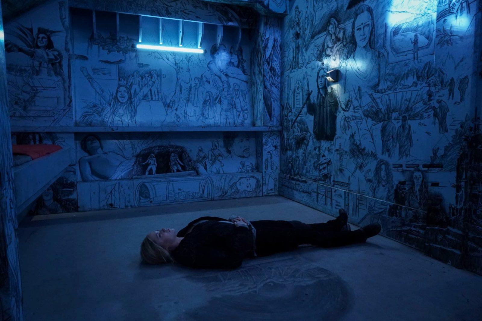 Eliza Taylor como Clarke en The 100 Temporada 6 Episodio 8 The Old Man and the Anomaly