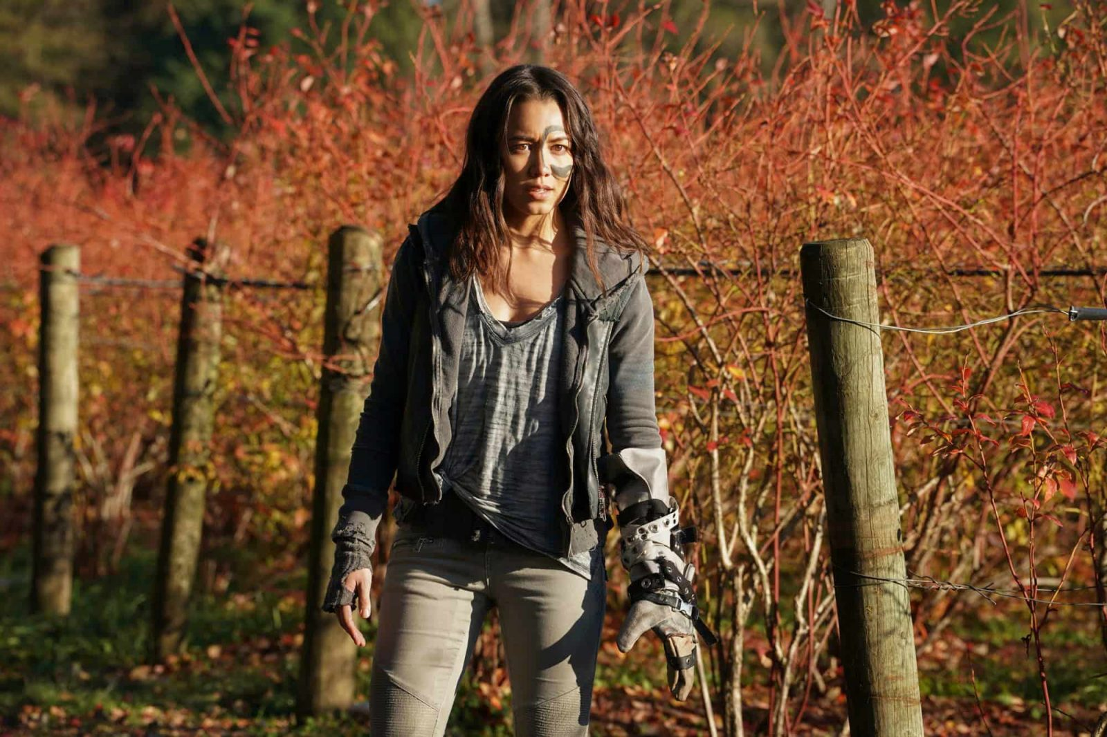 Luisa D'Oliveira como Emori en The 100 6x08 The Old Man and the Anomaly