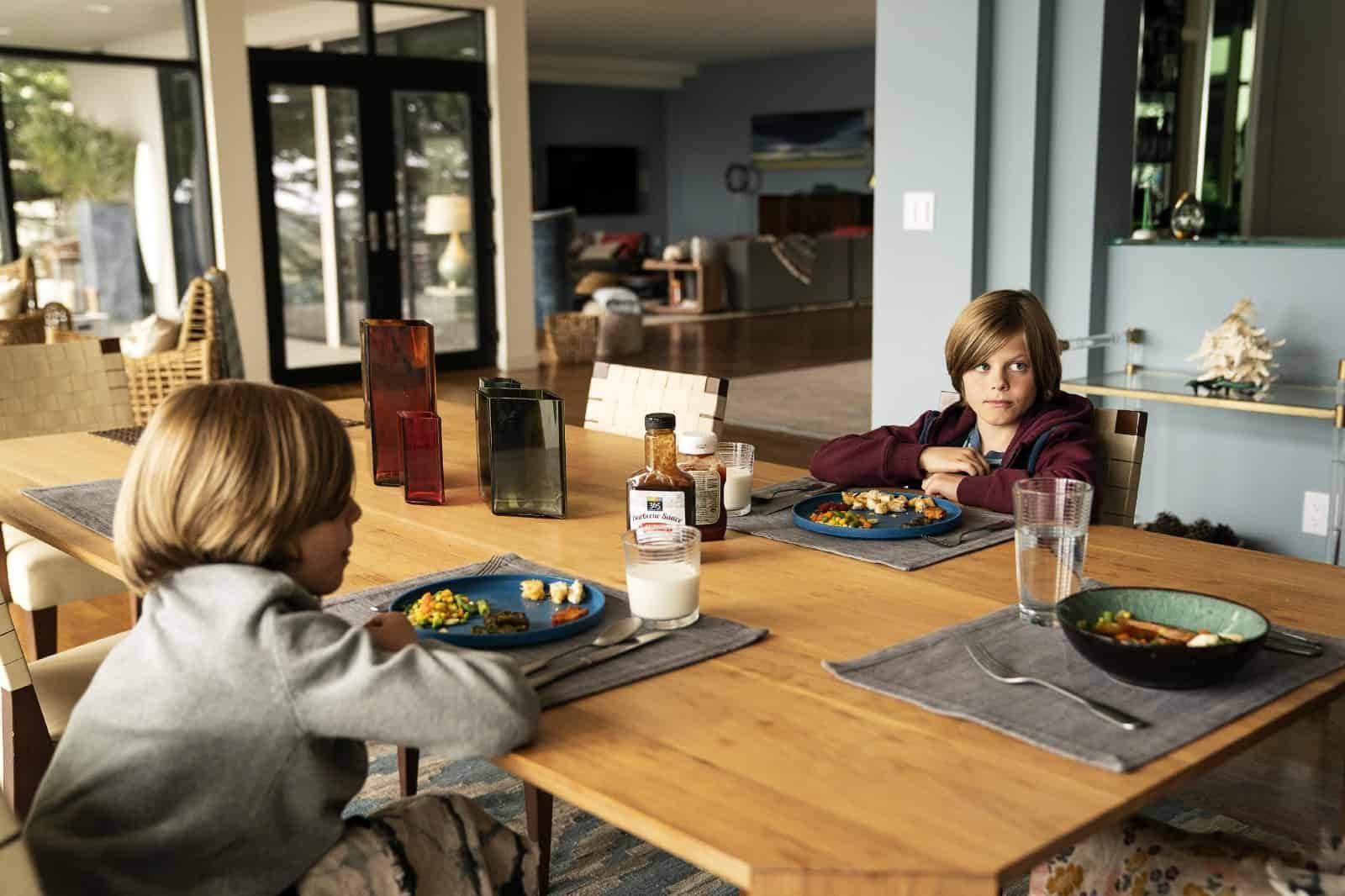 Nicholas Crovetti y Cameron Crovetti como Josh y Max Wright en BLL 2x05