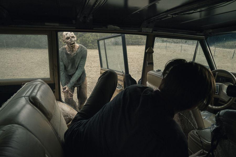 Maggie Grace como Althea en Fear The Walking Dead 5x05
