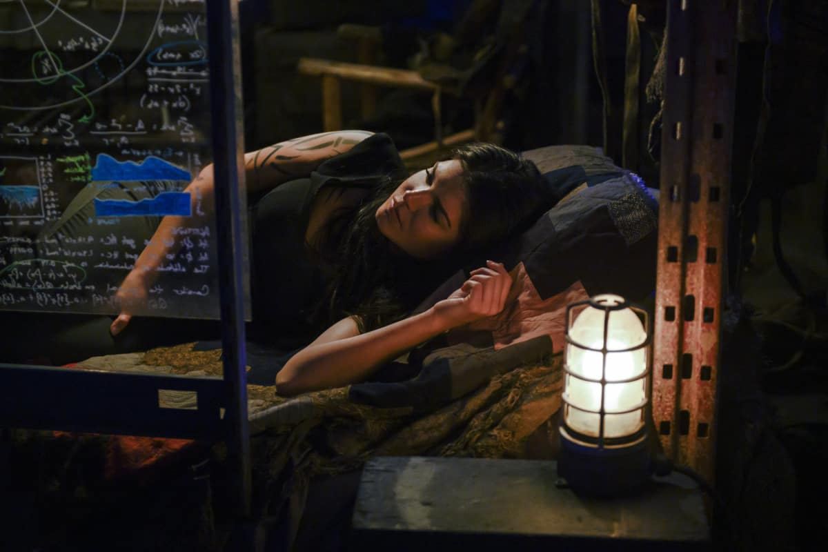 Marie Avgeropoulos como Octavia en The 100 Temporada 6 Episodio 9