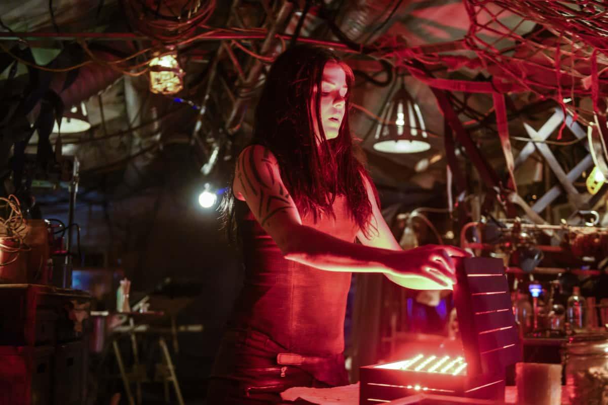 Marie Avgeropoulos como Octavia en The 100 T6E9