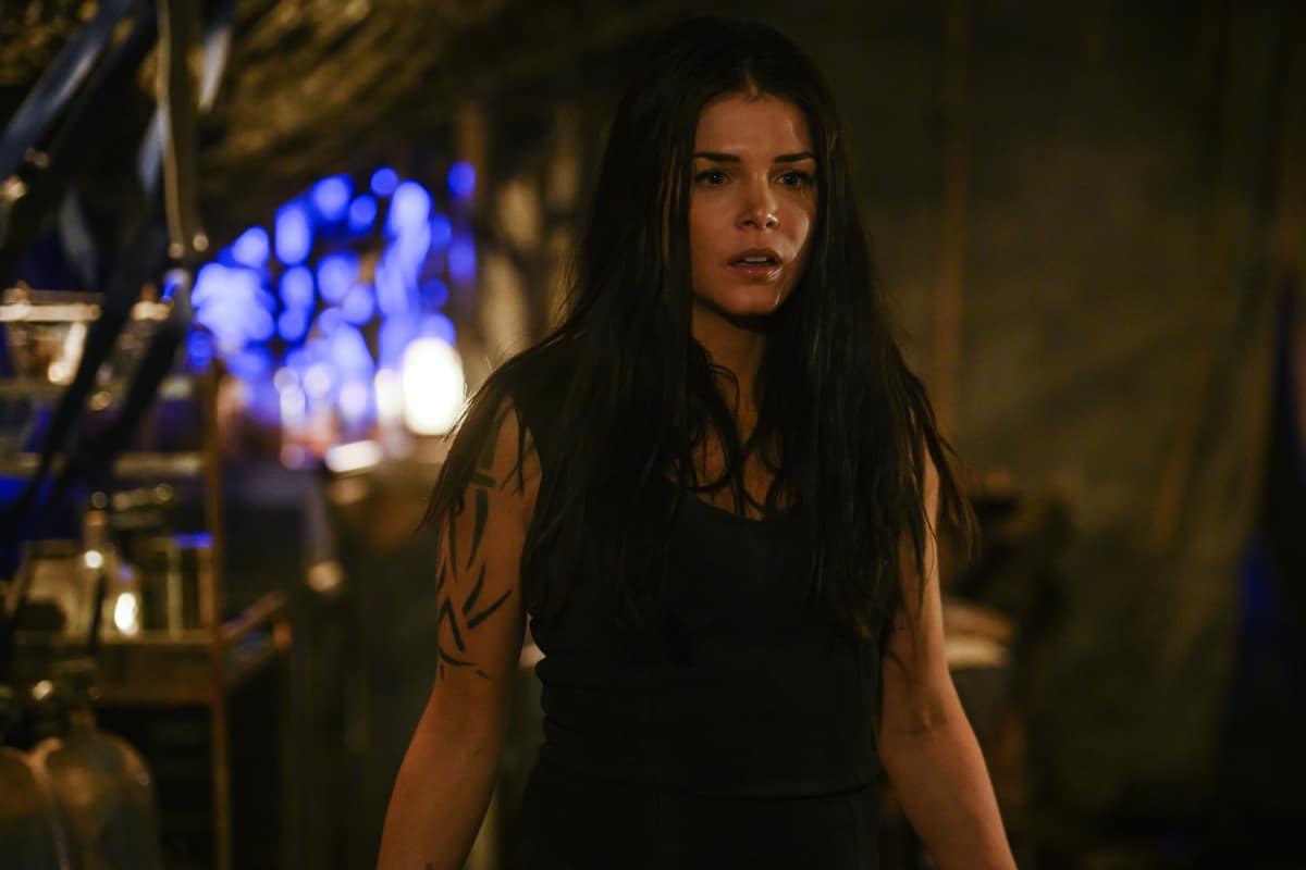 Marie Avgeropoulos como Octavia en The 100 Temporada 6 Capítulo 9