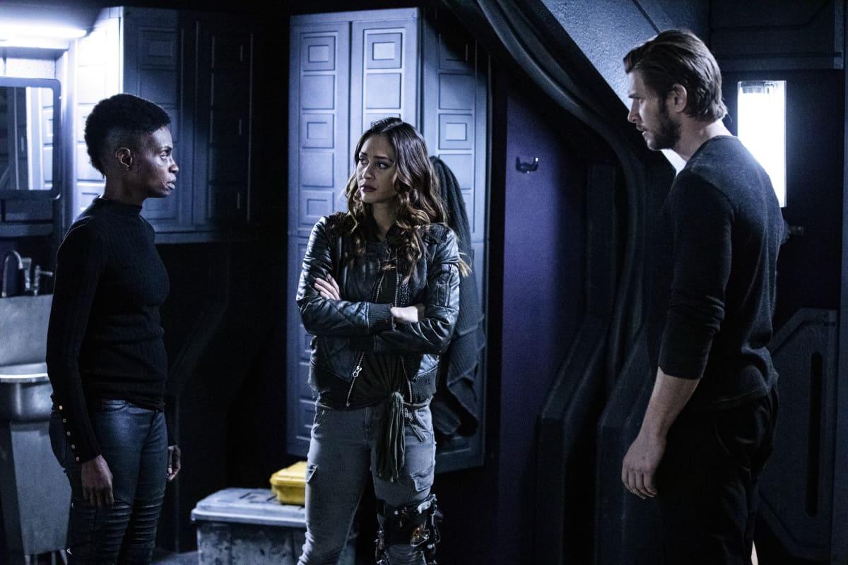 Adina Porter como Indra, Lindsey Morgan como Raven y Greyston Holt como Gavin en The 100 6x09