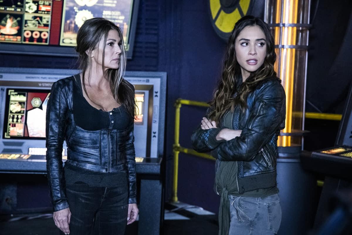 Paige Turco como Abby y Lindsey Morgan como Raven en The 100 S06E09