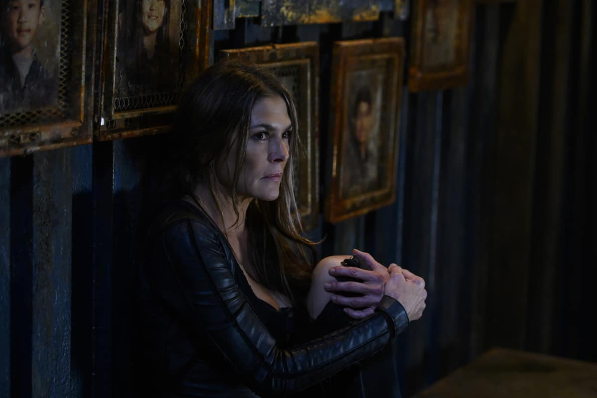 Paige Turco como Abby en el episodio 10 de la temporada 6 de The 100