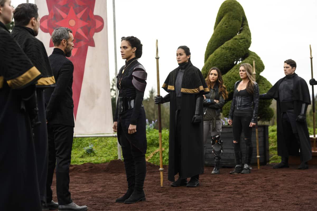 JR Bourne como Russell VII, Tattiawna Jones como Simone, Lindsey Morgan como Raven y Paige Turco como Abby en The 100 S06E10