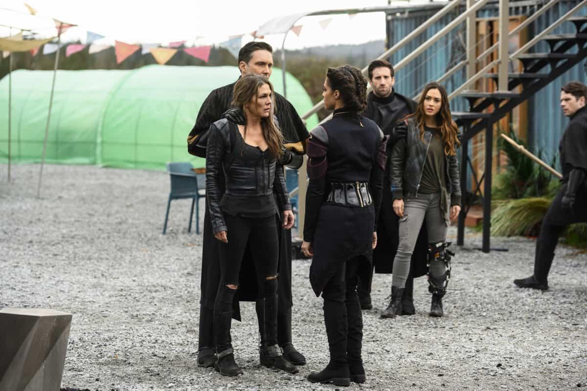Paige Turco como Abby, Tattiawna Jones como Simone y Lindsey Morgan como Raven en The 100 T6E10