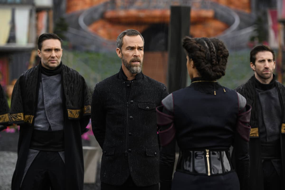 JR Bourne como Russell VII y Tattiawna Jones como Simone en The 100 S06E10