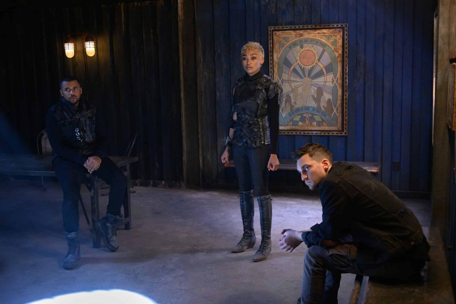 Jarod Joseph como Miller, Tati Gabielle como Gaia y Richard Harmon como Murphy en The 100 S6E11