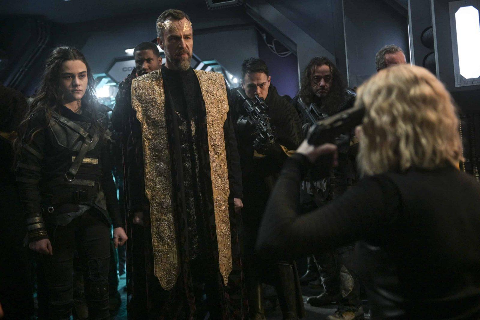 JR Bourne como Russell VII y Eliza Taylor como Clarke Griffin en The 100 Temporada 6 Episodio 13