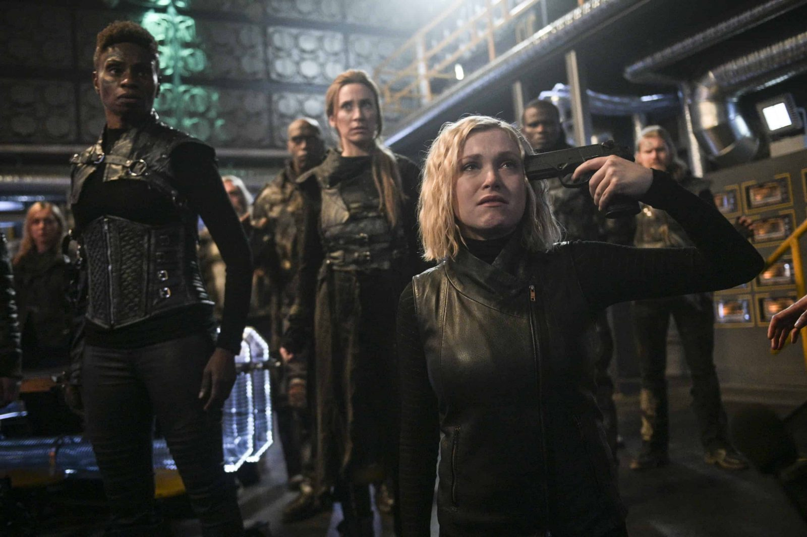 Eliza Taylor como Clarke Griffin en The 100 6.13 The Blood of Sanctum