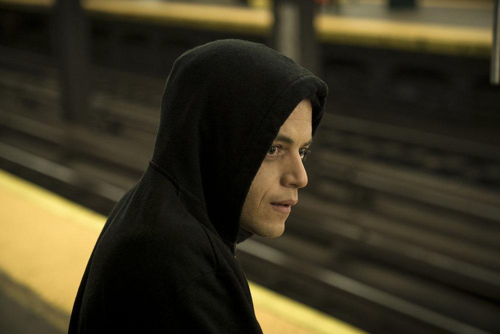 Rami Malek como Elliot Alderson en Mr. Robot 4x02