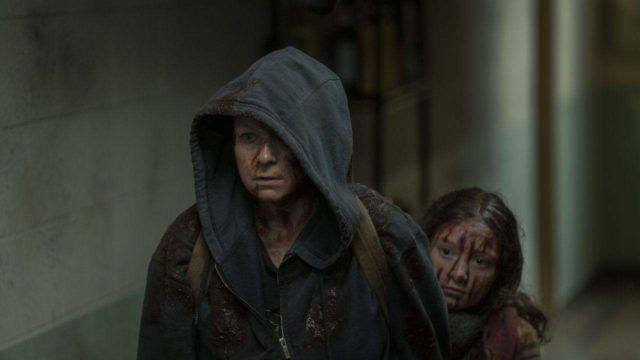 Samantha Morton como Alpha, Havana Blum como joven Lydia en The Walking Dead Temporada 10, Episodio 2