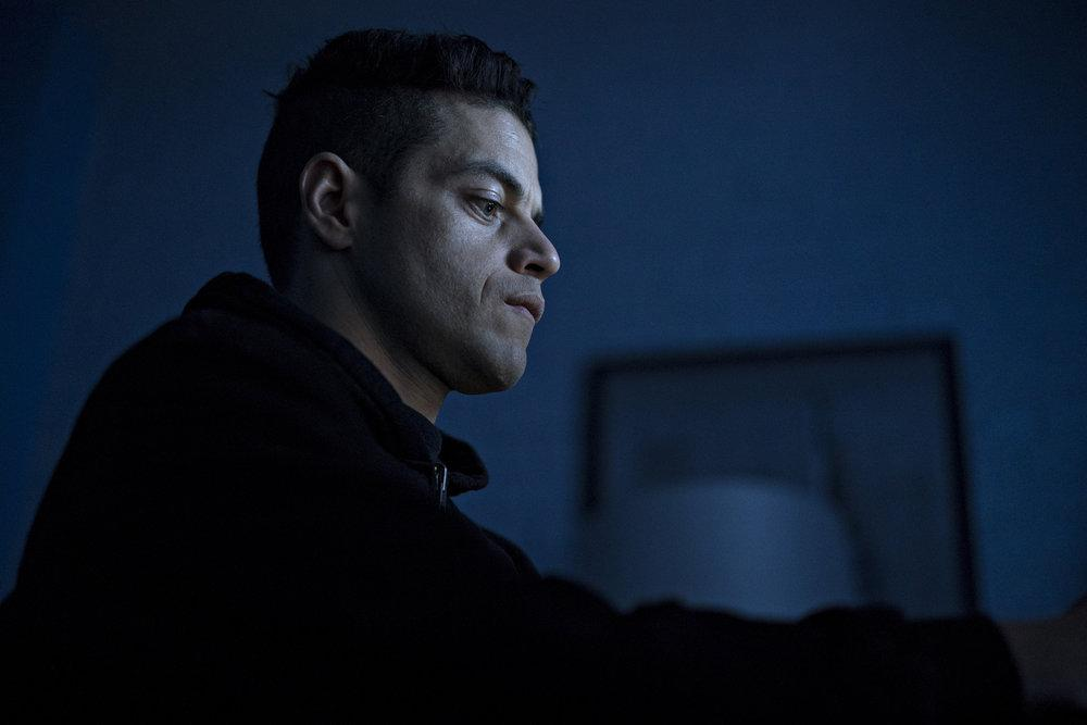 Rami Malek como Elliot Alderson en Mr. Robot 4x12 Series Finale Parte 1