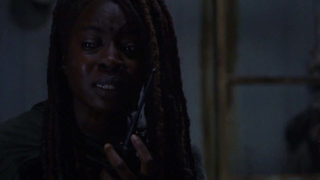 Michonne emocionada hablando por radio en The Walking Dead 10x13