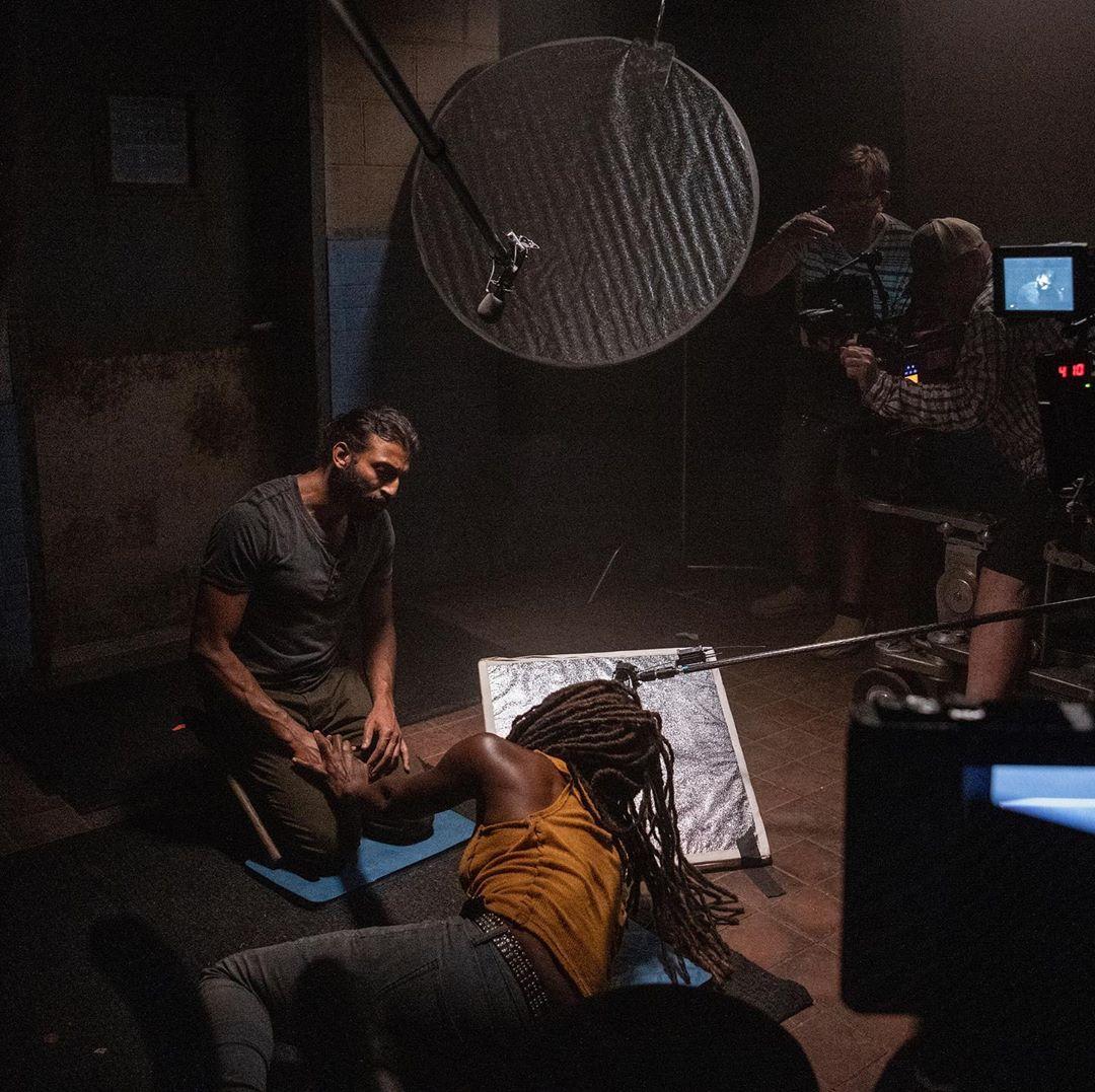 BTS - Siddiq y Michonne en una de las escenas de The Walking Dead 10x13