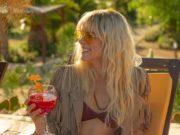 Maca (Maggie Civantos) en la piscina, en Vis a Vis El Oasis