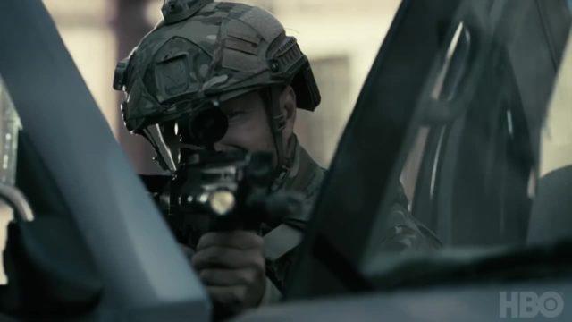 Caleb con un rifle en Westworld Temporada 3 Episodio 7