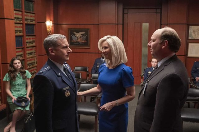 Diana Silvers (la hija de Mark), Steve Carell (General Mark), Lisa Kudrow (la esposa de Mark) y Dan Bakkedahl (como el Secretario de Defensa) en Space Force 1x01
