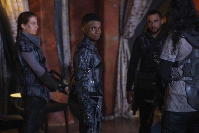 Adina Porter como Indra y Jarod Joseph como Miller en The 100 Temporada 7 Capitulo 1