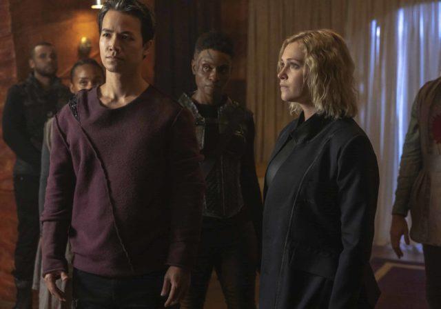 Jarod Joseph como Miller, Shannon Kook como Jordan Green, Adina Porter como Indra y Eliza Taylor como Clarke en The 100 7x01
