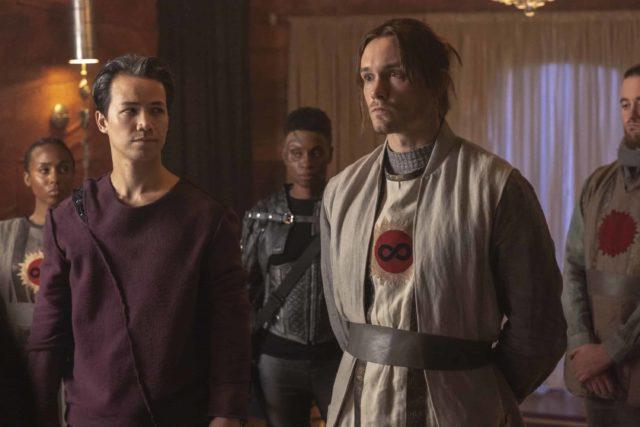 Shannon Kook como Jordan Green y Adina Porter como Indra  en The 100 7x01