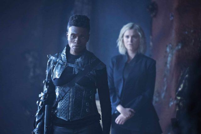 The 100 7x03 - Adina Porter como Indra y Eliza Taylor como Clarke