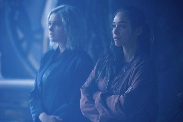 Eliza Taylor como Clarke y Lindsey Morgan como Raven en The 100 7.03