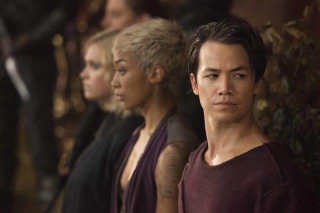 Eliza Taylor como Clarke, Tati Gabrielle como Gaia y Shannon Kook como Jordan Green en The 100 7x03 False Gods