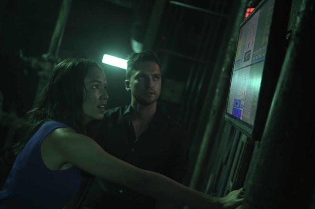 Luisa d'Oliveira como Emori y Richard Harmon como Murphy en The 100 S07E03