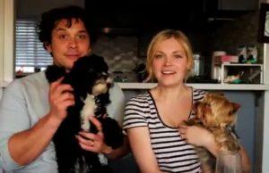 Bob Morley y Eliza Taylor junto a sus perritos