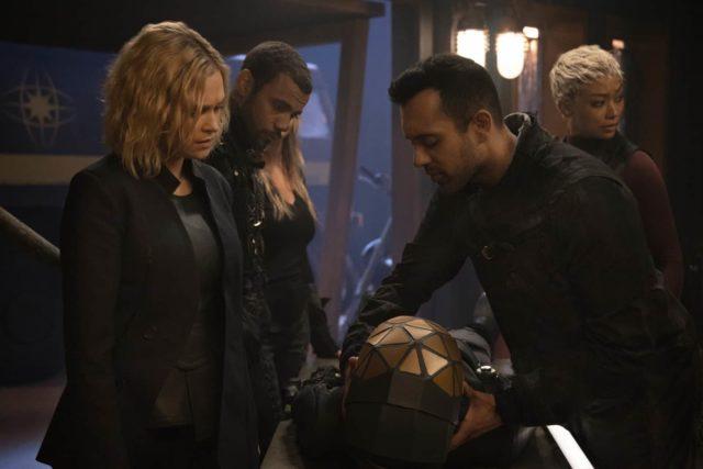 Eliza Taylor como Clarke, Jarod Joseph como Miller, Sachin Sahel como Jackson y Tati Gabrielle como Gaia en The 100 S07E04