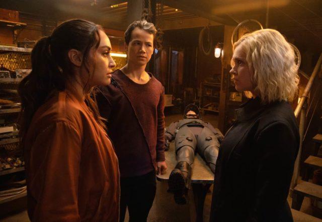 The 100 7x04 - Lindsey Morgan como Raven, Shannon Kook como Jordan Green y Eliza Taylor como Clarke