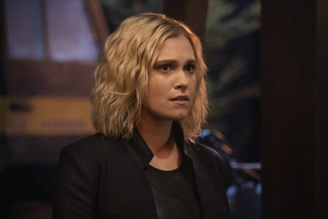 Eliza Taylor como Clarke Griffin en The 100 7x04 Hesperides