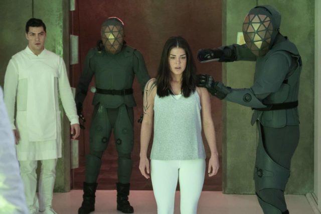Jason Diaz como Levitt y Marie Avgeropoulos como Octavia en The 100 S07E05