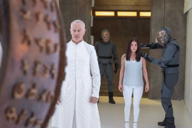 Neal McDonough como Anders y Marie Avgeropoulos como Octavia en The 100 7.05