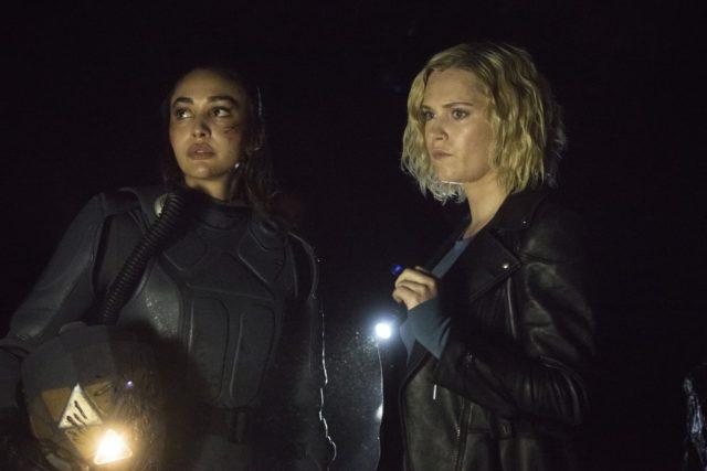 The 100 7x06 - Lindsey Morgan como Raven y Eliza Taylor como Clarke