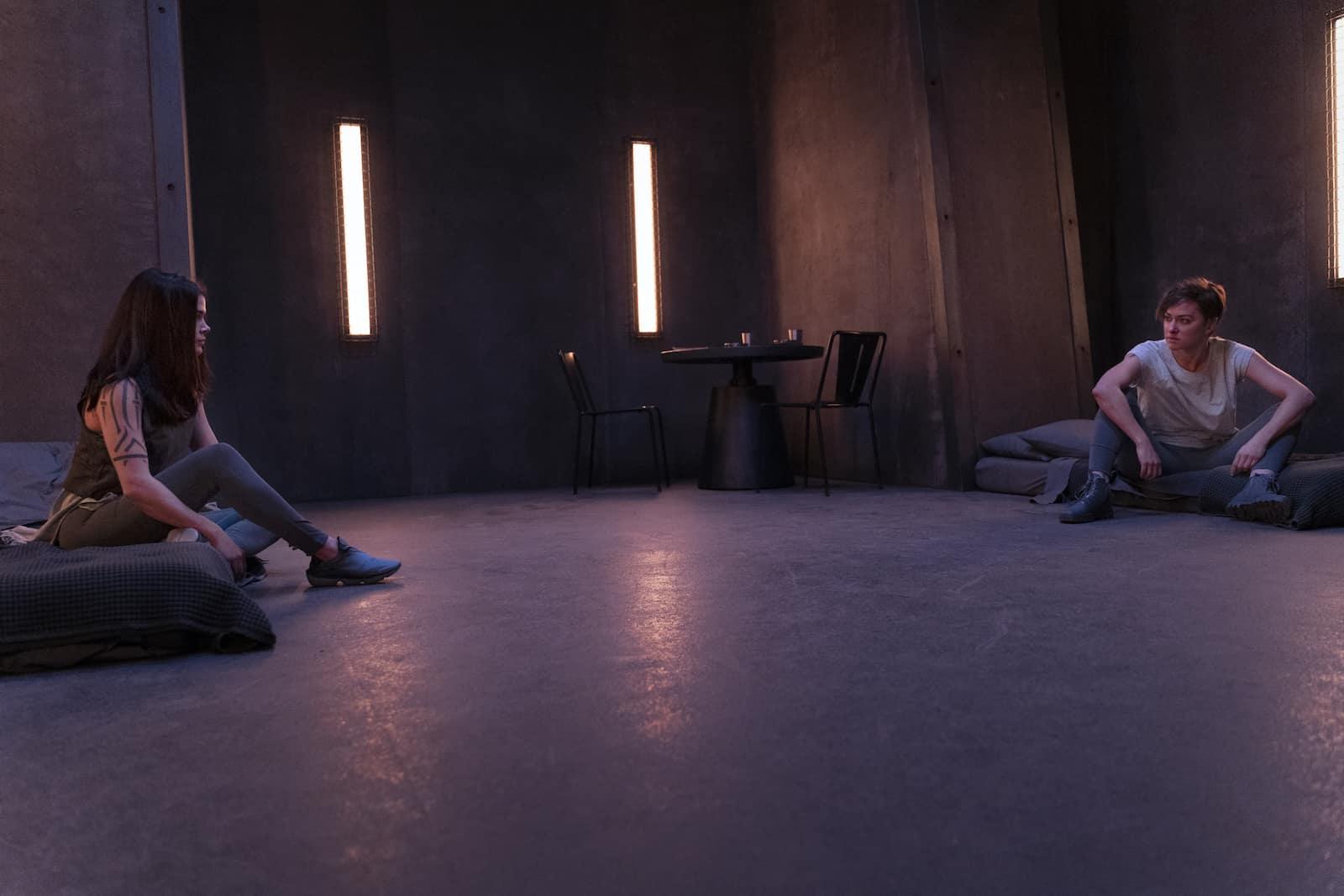 Marie Avgeropoulos como Octavia y Tasya Teles como Echo en The 100 7x07