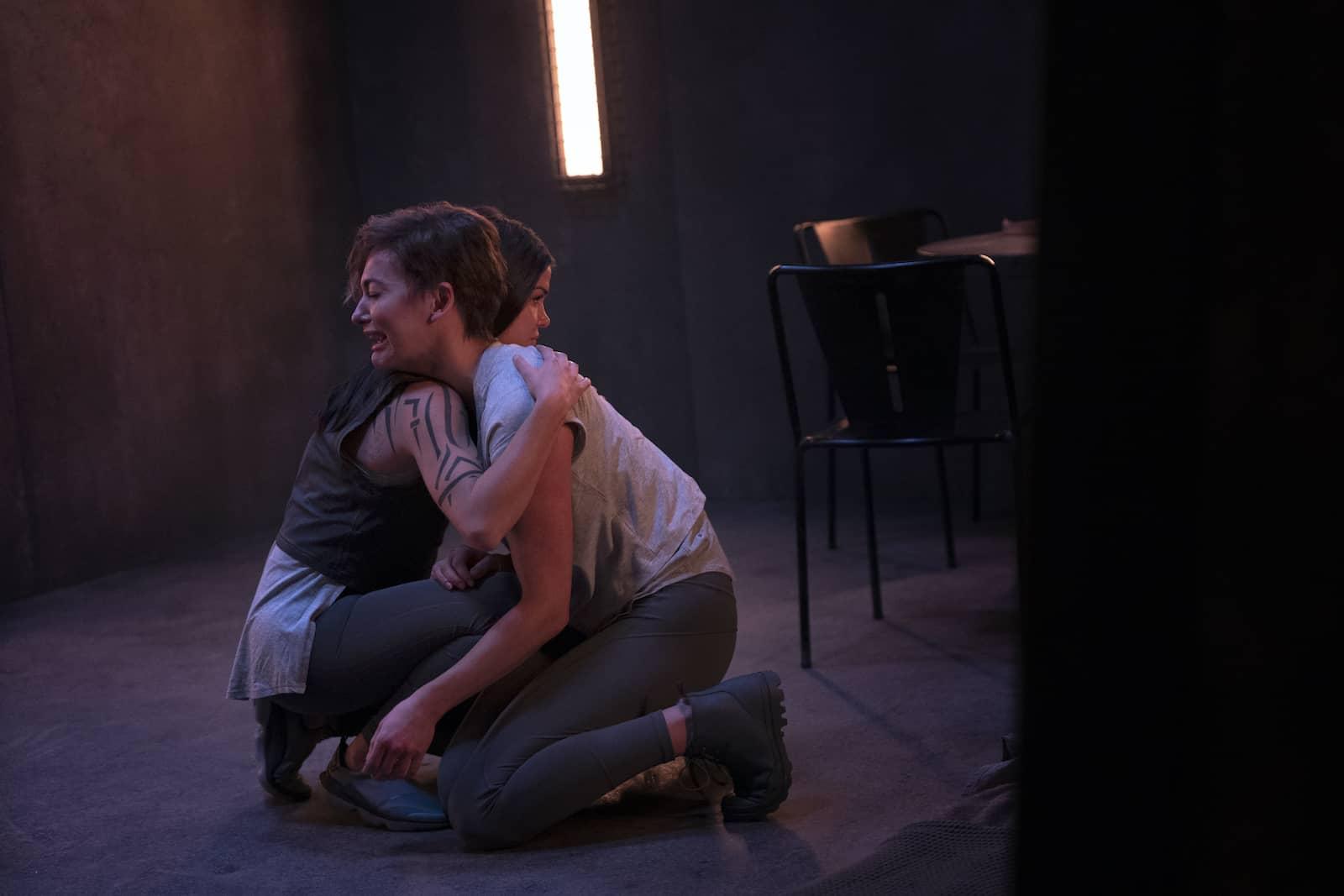 Marie Avgeropoulos como Octavia y Tasya Teles como Echo