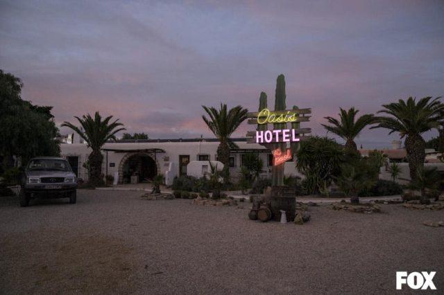 Entrada al Hotel Oasis, en Vis a Vis: El Oasis
