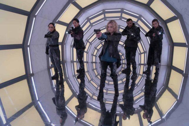 Lindsey Morgan como Raven, Shannon Kook como Jordan Green, Eliza Taylor como Clarke, Jarod Joseph como Miller y Jessica Harmon como Niylah en The 100 7x08