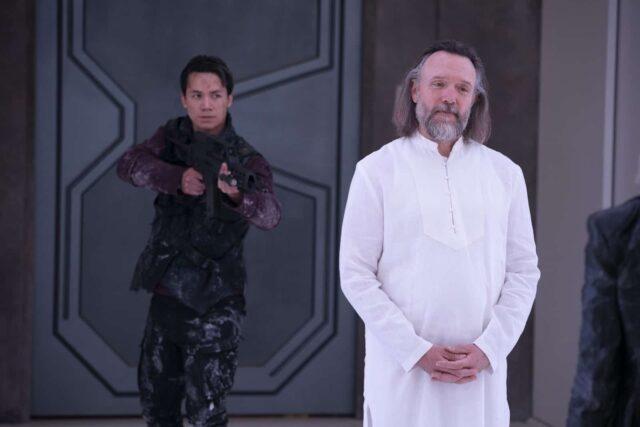 Shannon Kook como Jordan Green y John Pyper-Ferguson como Bill Cadogan en The 100 7x08