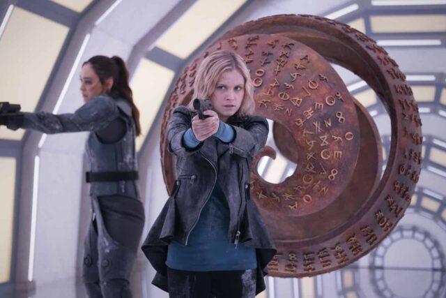 Lindsey Morgan como Raven y Eliza Taylor como Clarke en The 100 7x08