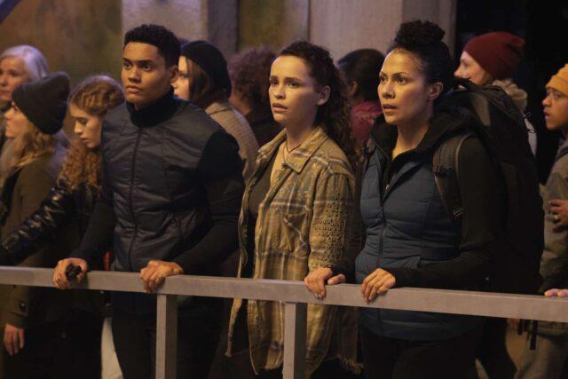 Adain Bradley como Reese, Iola Evans como Callie y Crystal Balint como Gemma en The 100 7x08