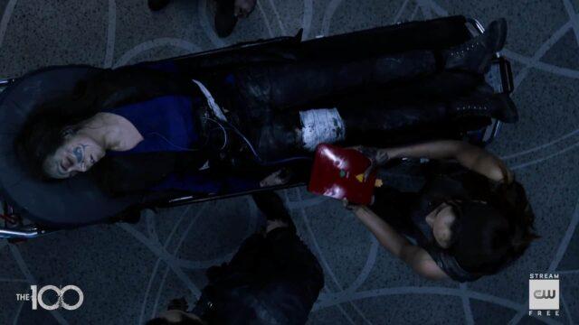 Raven ayudando a Emori en The 100 7x16 The Last War (Series Finale)