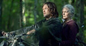 Daryl (Norman Reedus) y Carol (Melissa McBride) en moto en The Walking Dead